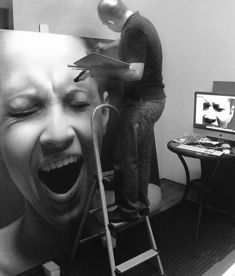 Juan Carlos Manjarrez painting a screaming woman