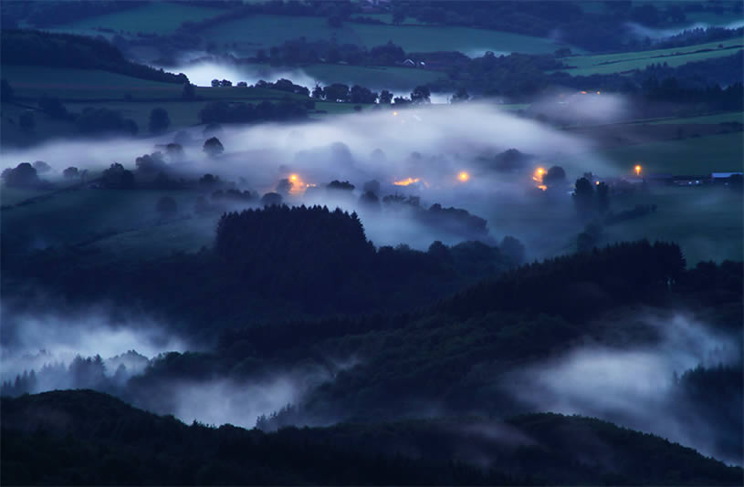 Stunning landscape photo by Florent Courty - mist and mounts