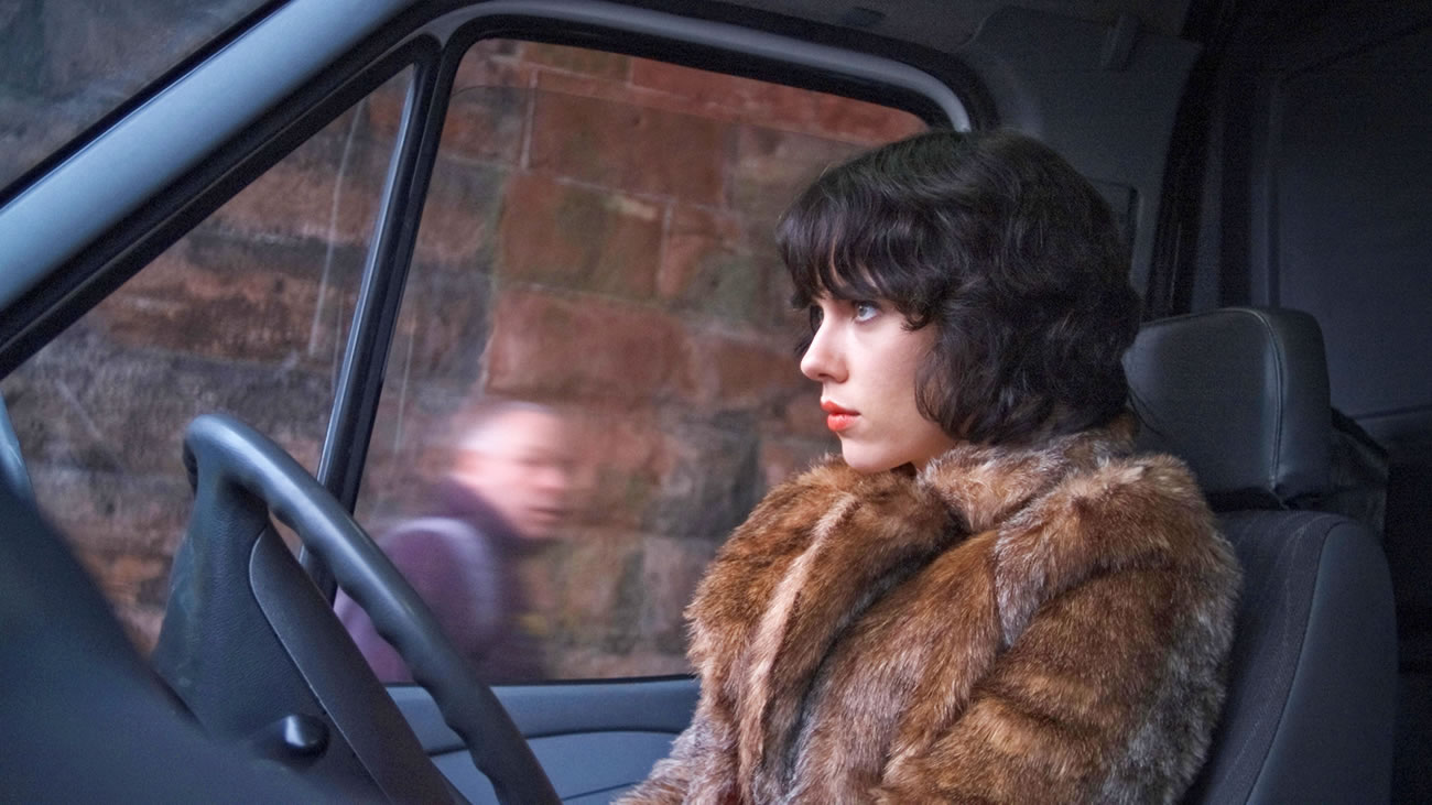 under the skin movie, scarlett johansson wearing a fur coat and sitting in a van