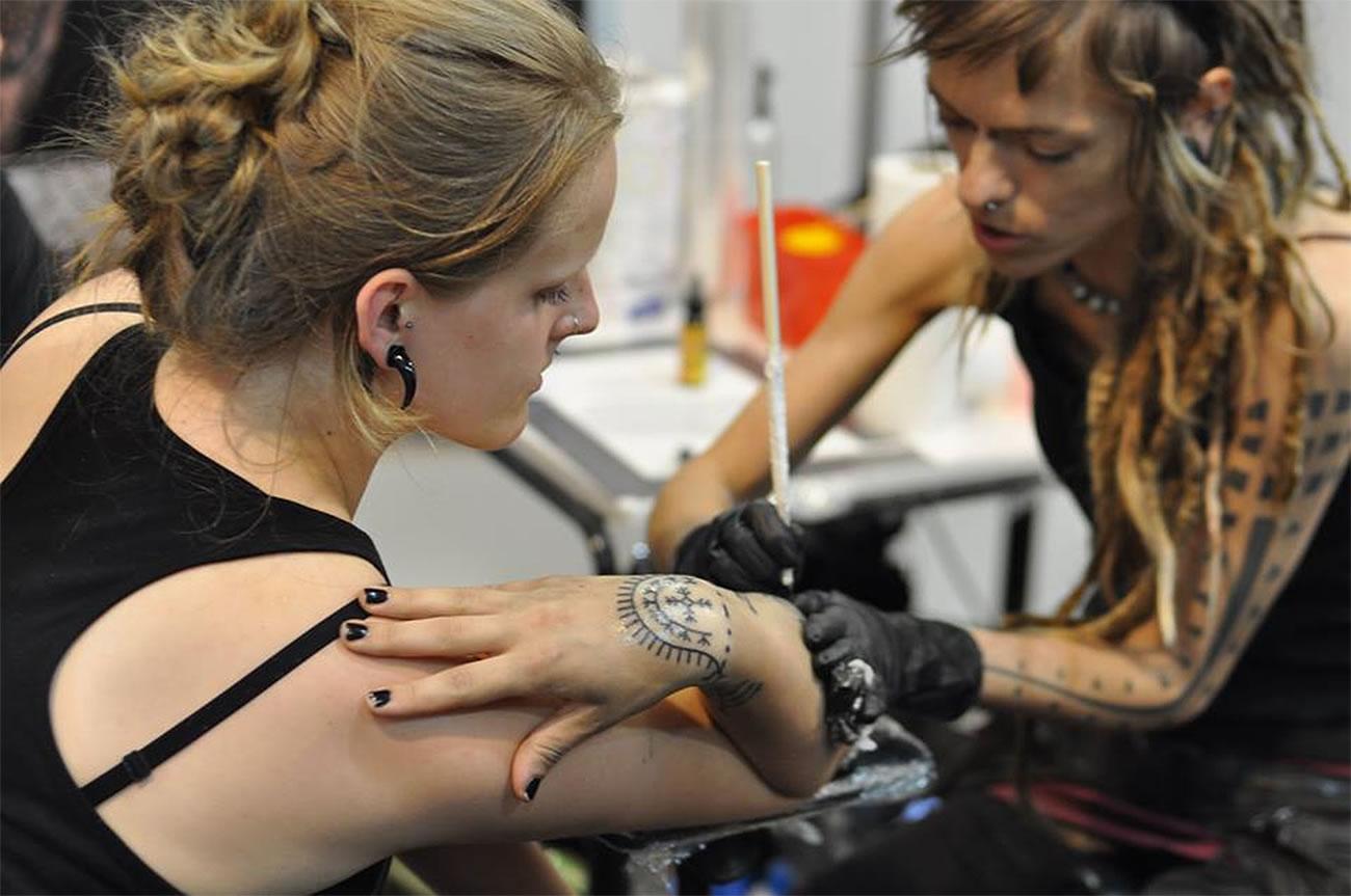 Karolina Czaja working on a tattoo