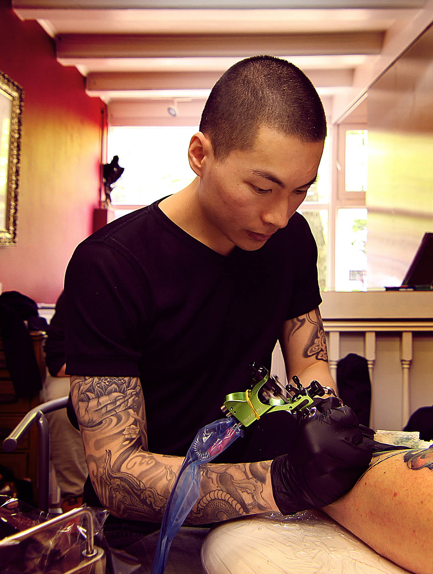 the artist jay freestyle tattooing a client