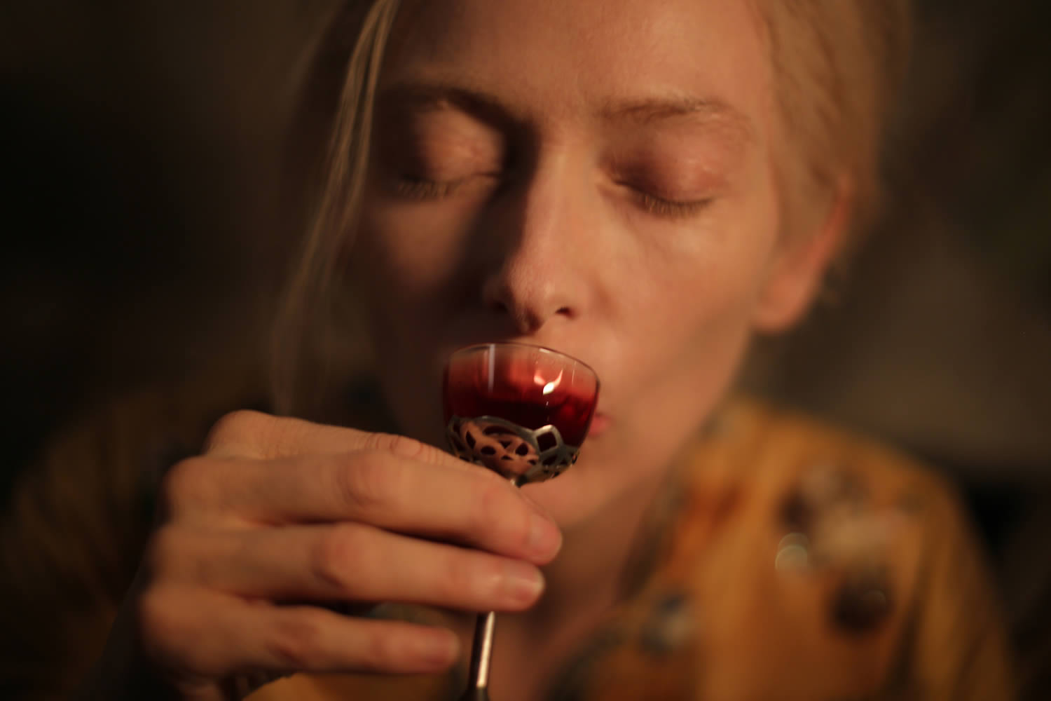 tilda drinking blood in the only lovers left alive
