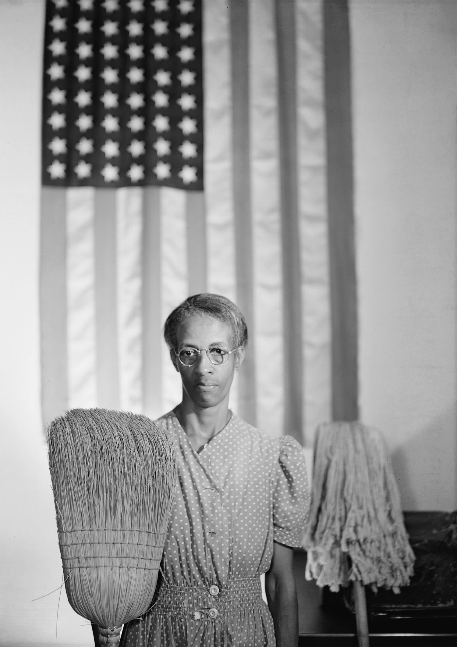 american gothic, photo with USA flag by gordon parks
