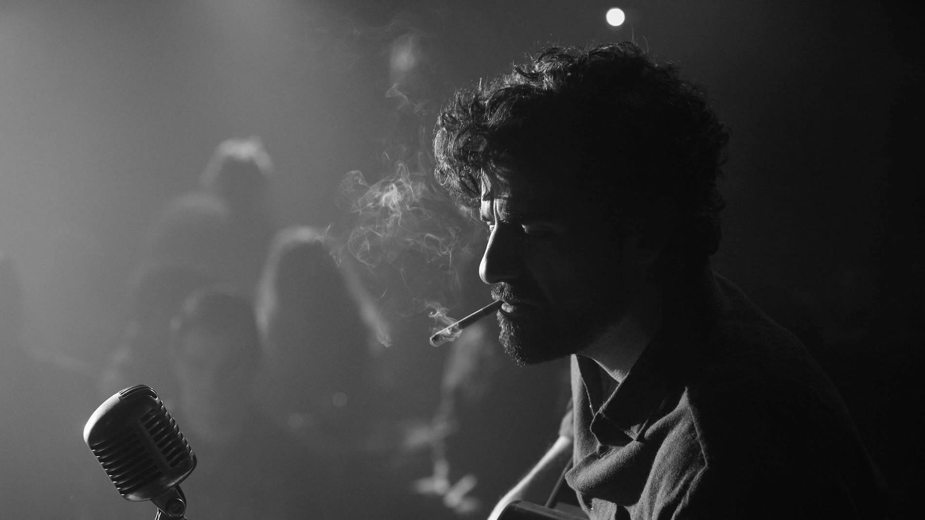 oscar smoking and playing guitar, Inside Llewyn Davis