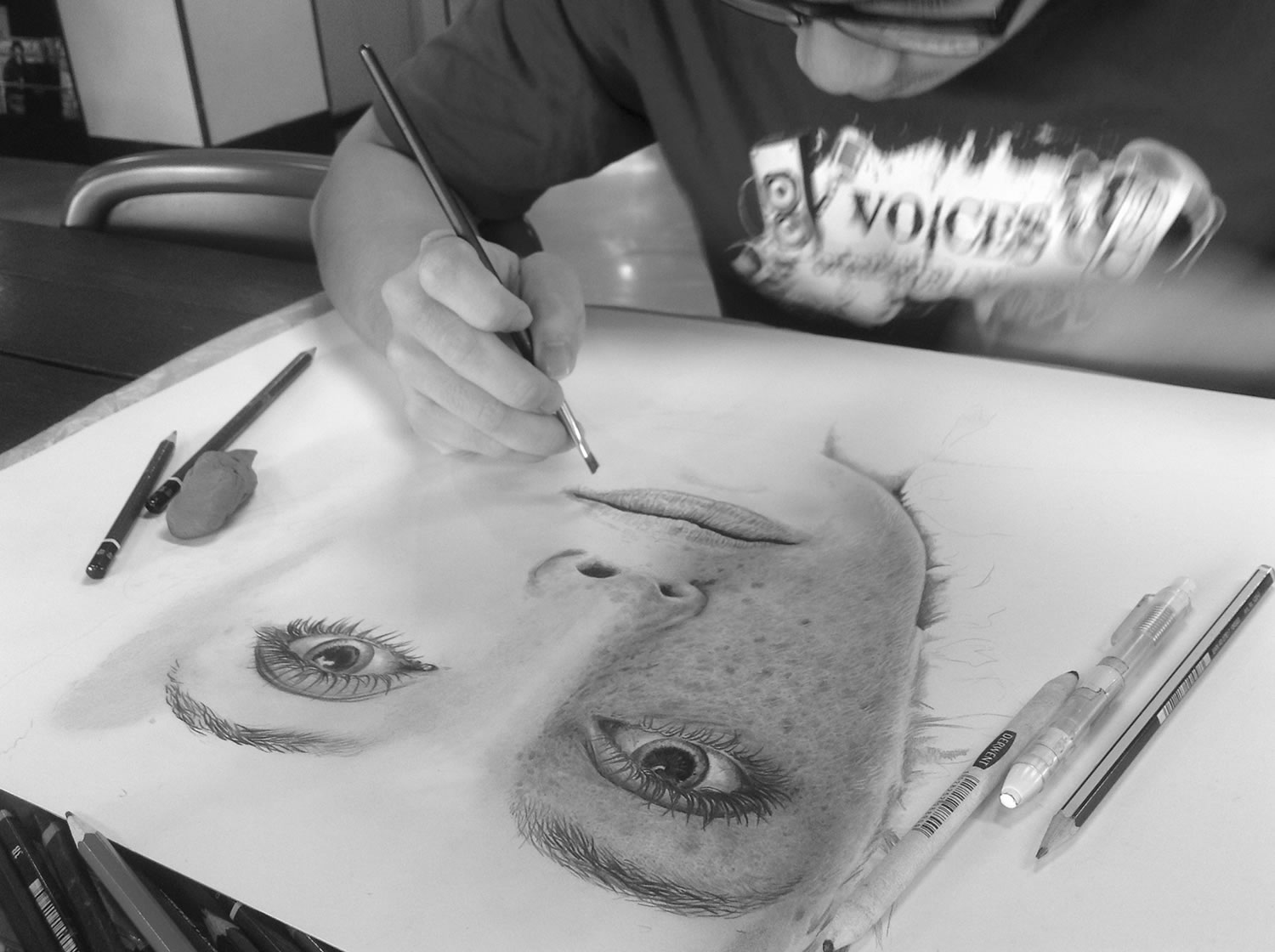 artist chong yi drawing a portrait of a freckled woman