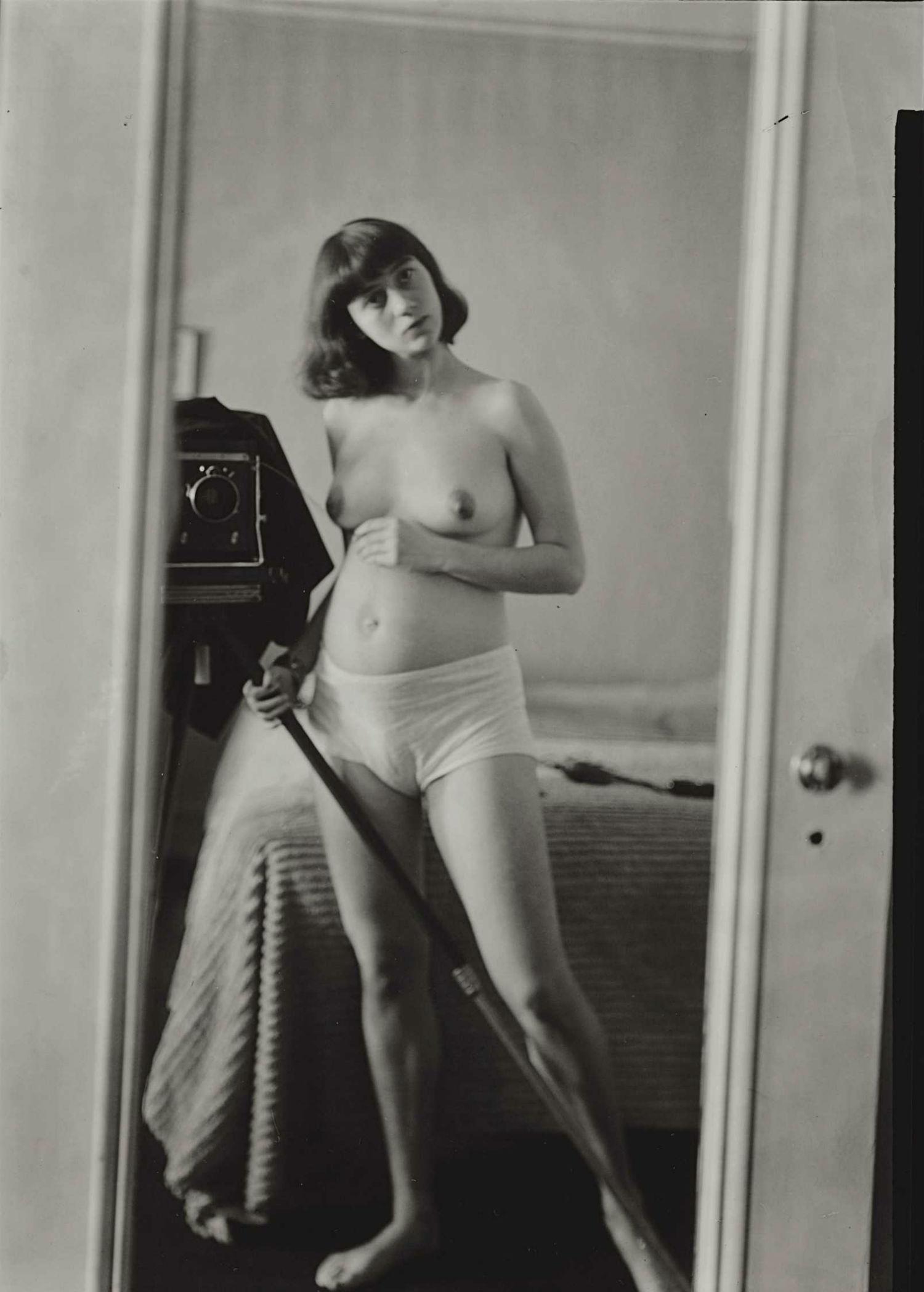 diane arbus nude self portrait mirror