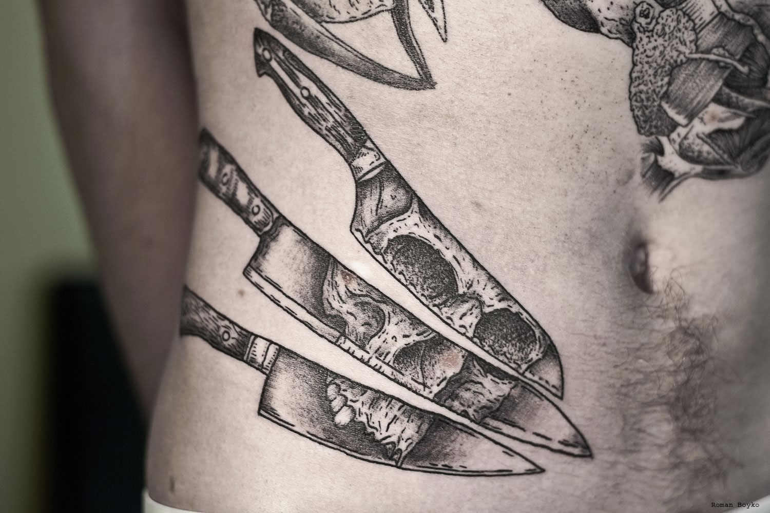 knifes with skull illusion by roman boyko