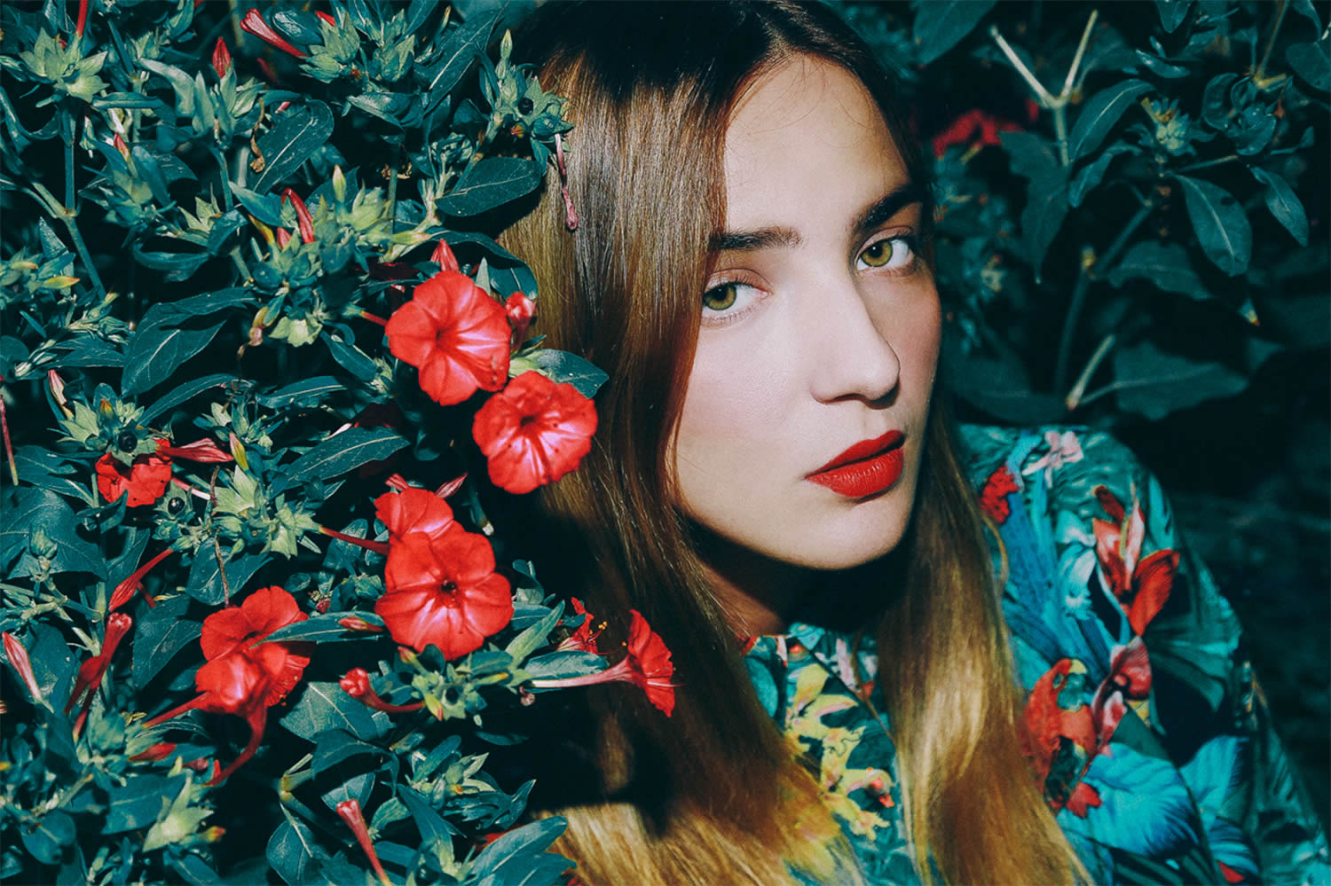 girl red lipstick with red flowers, photo by Denef Huvaj