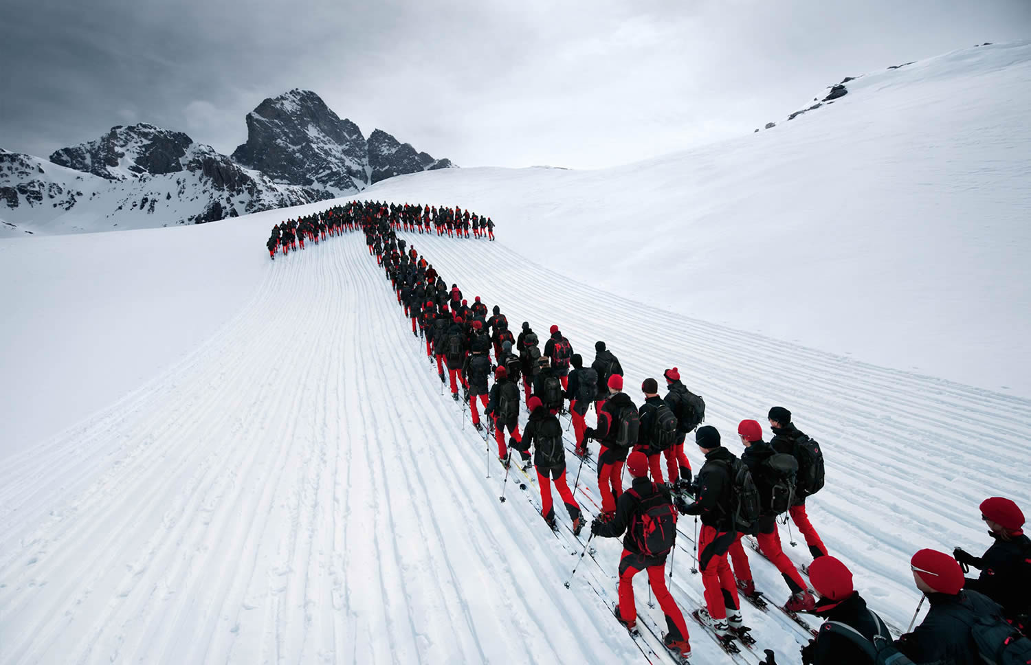 mountain climbers forming an arrow, Robert Bösch mammut