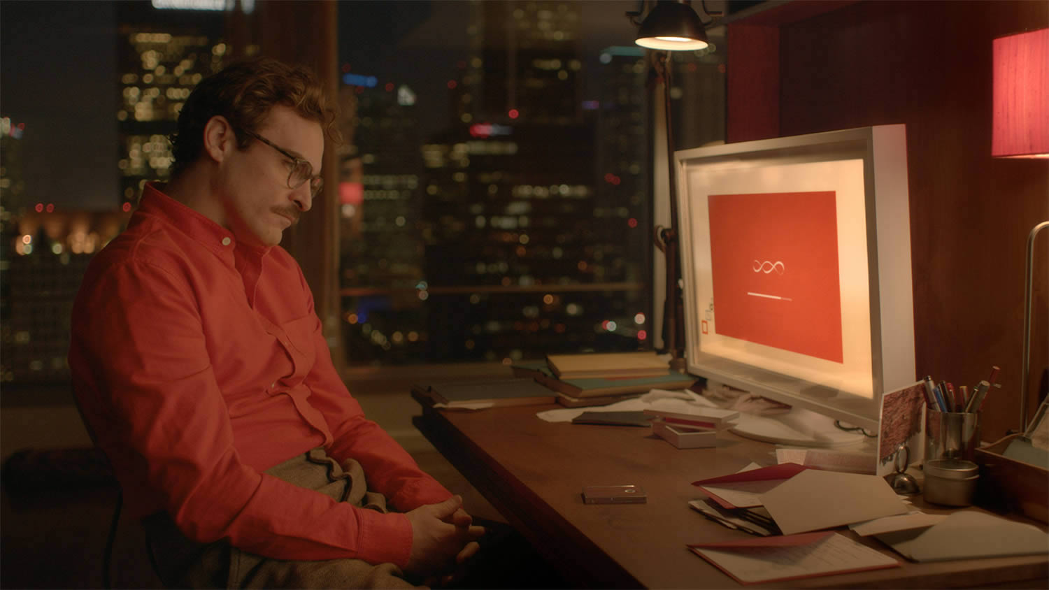 joaquin phoenix looking at the computer screen in her, movie