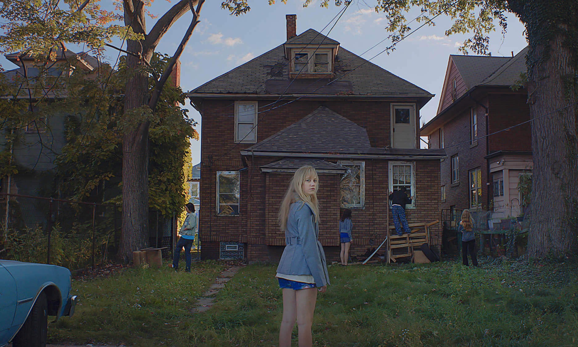 high school girl in front of house, it follows movie
