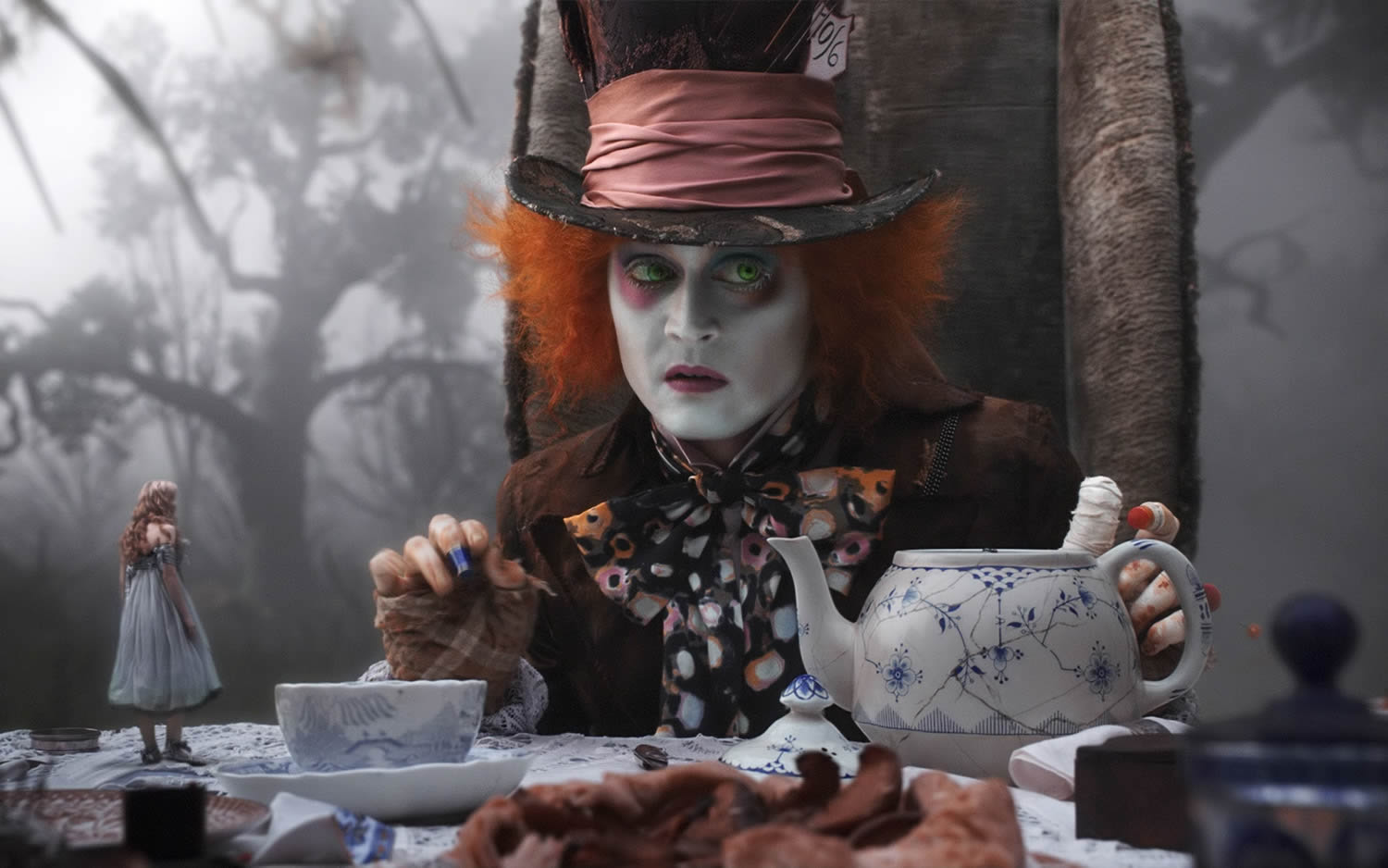 the mad hatter (johnny depp) in alice in wonderland