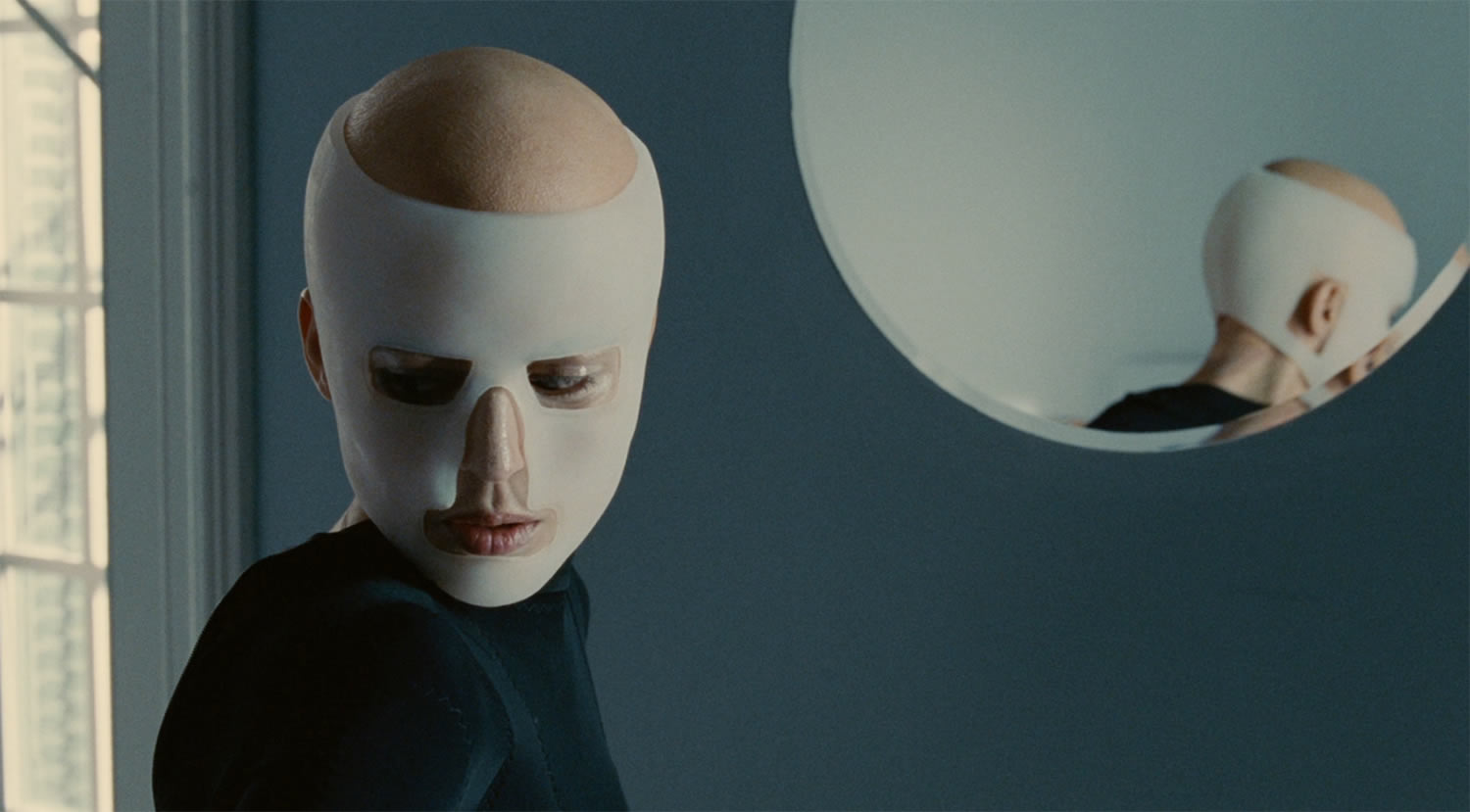actress with mask in the skin i live in
