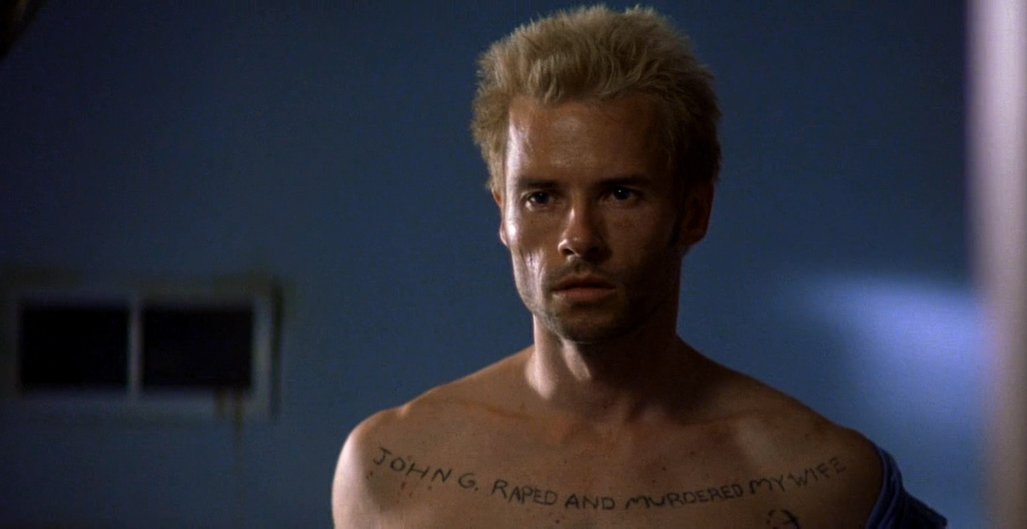 guy pearce with body tattoos in memento