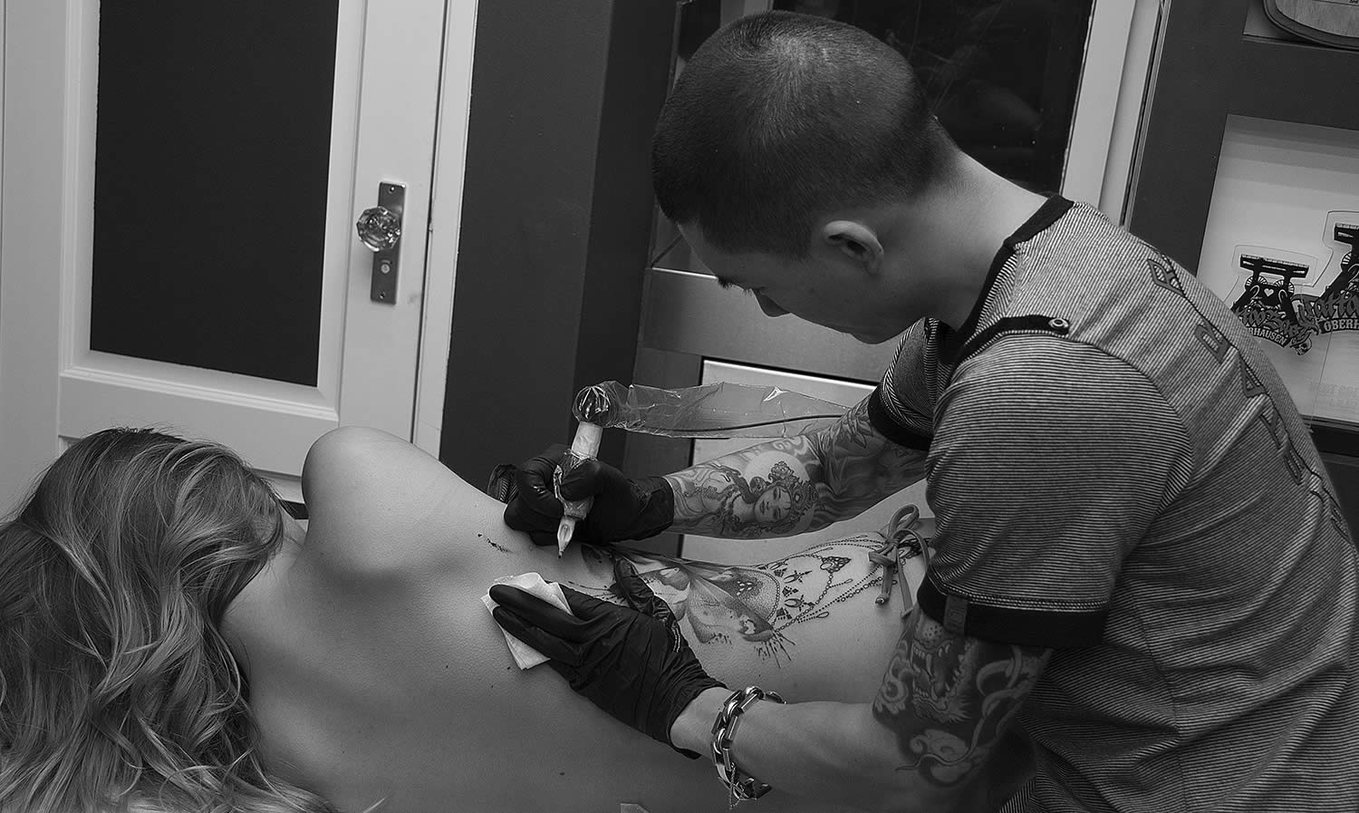 Jay freestyle freehanding a tattoo on client
