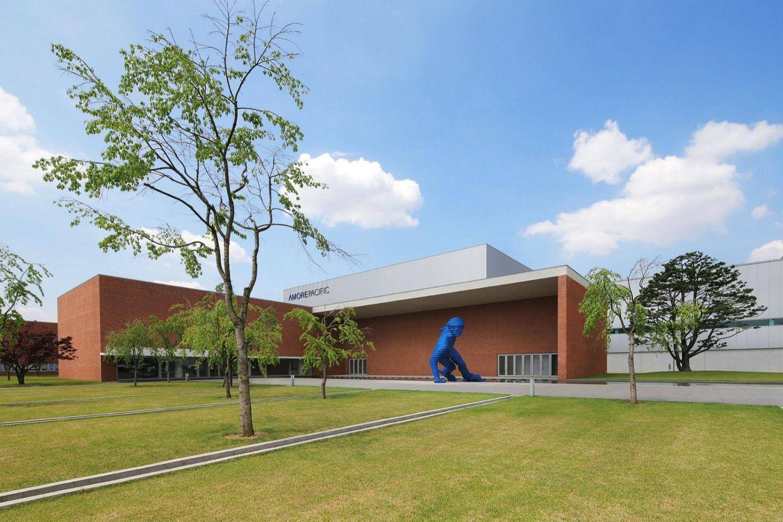 xavier veilhan sculpture giant skater blue optical illusion