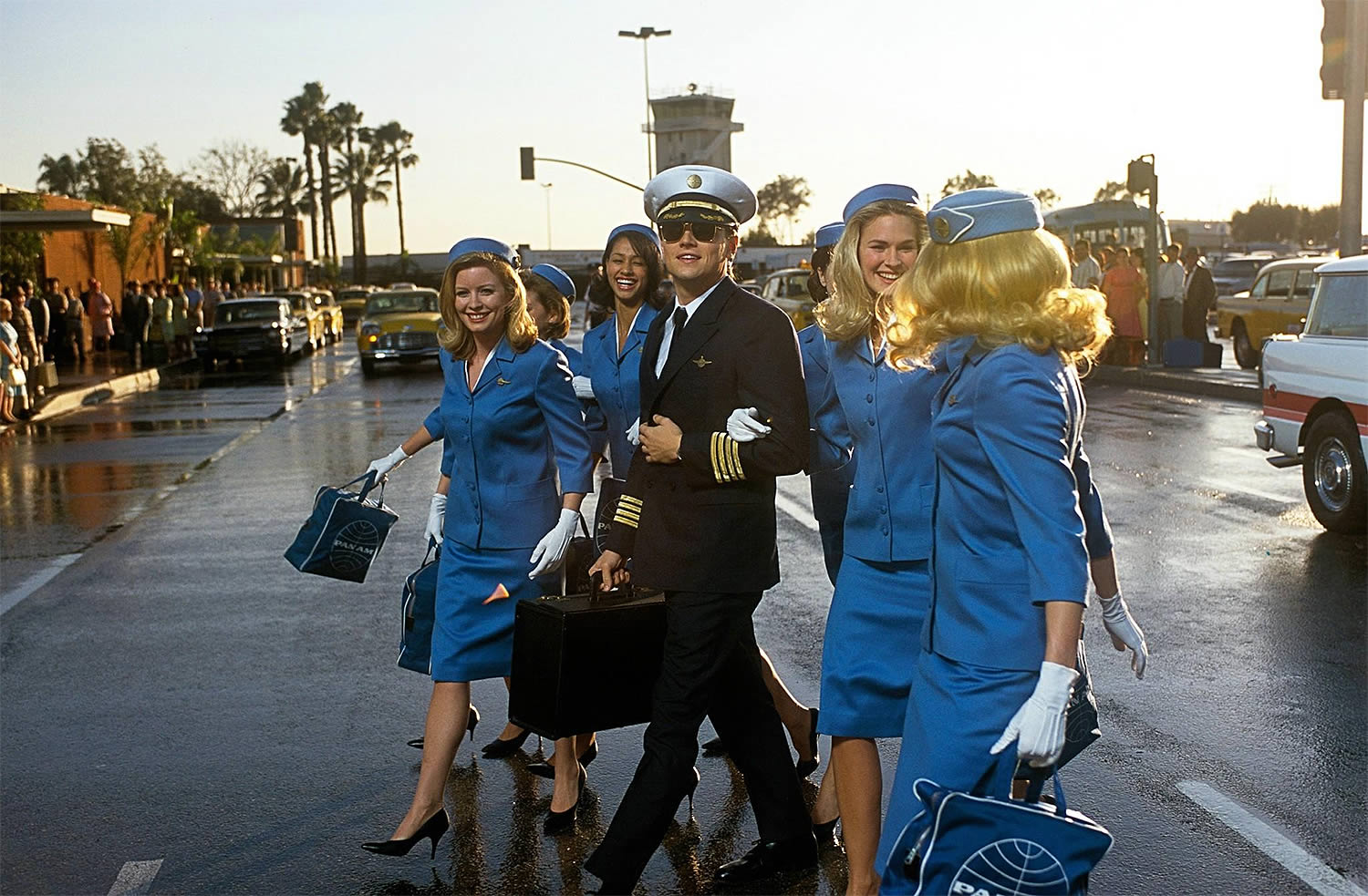 leonardo dicaprio (pilot) walking with ladies, airport, catch me if you can