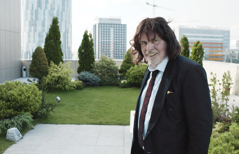 man with weird teeth in Toni Erdmann