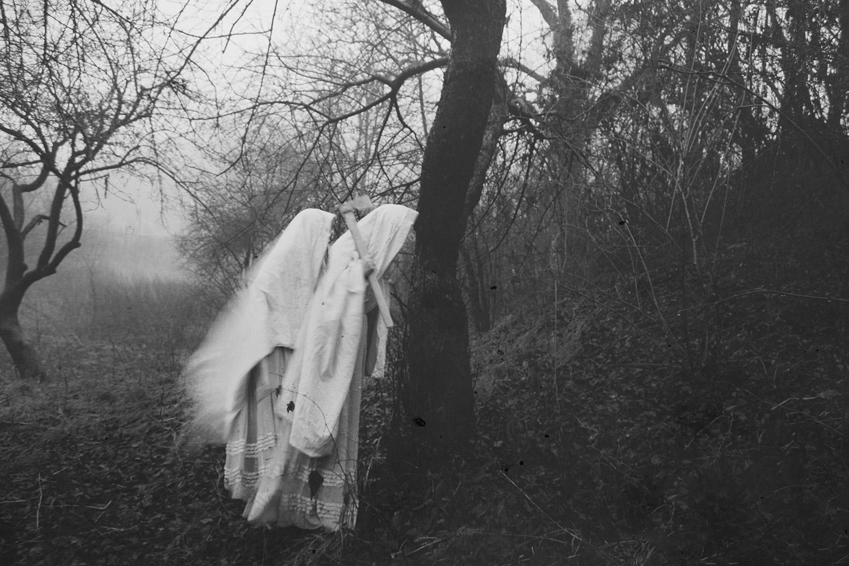 Nynewe, Michaela Knizova, Agast Atera En - white-cloaked figure