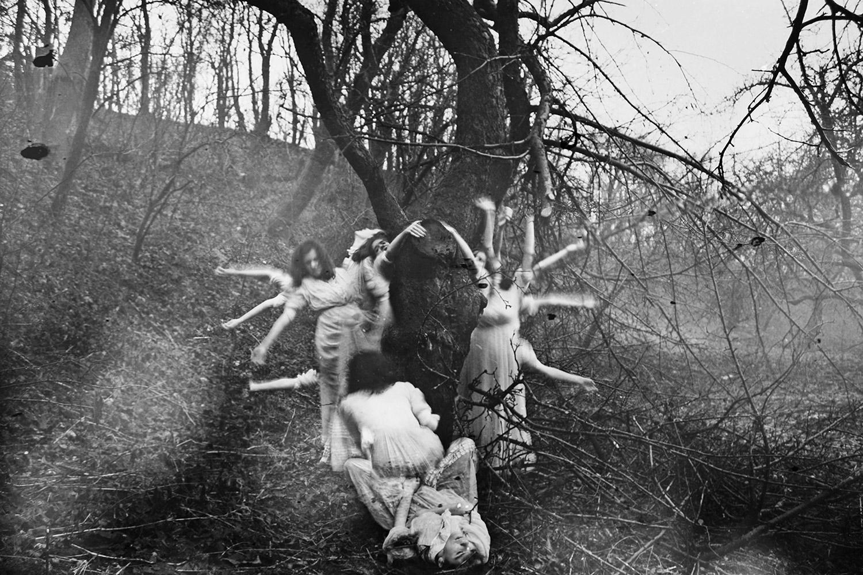 Nynewe, Michaela Knizova, Agast Atera En - dancing figures
