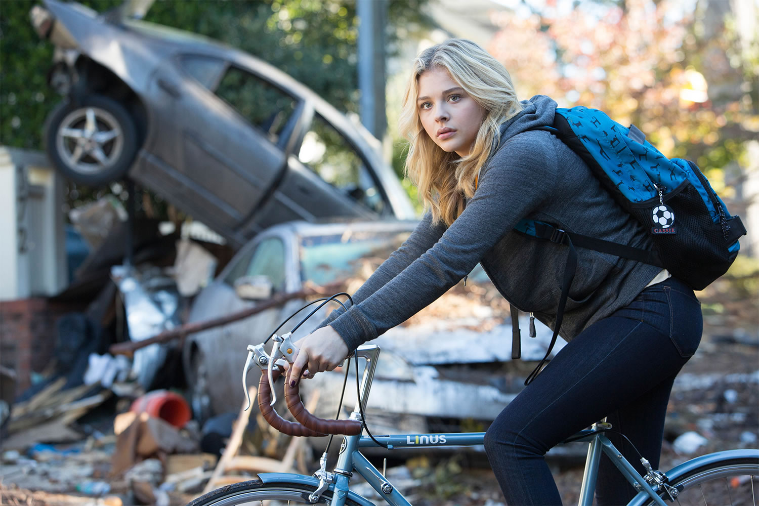 girl on bike, The 5th Wave (2016)
