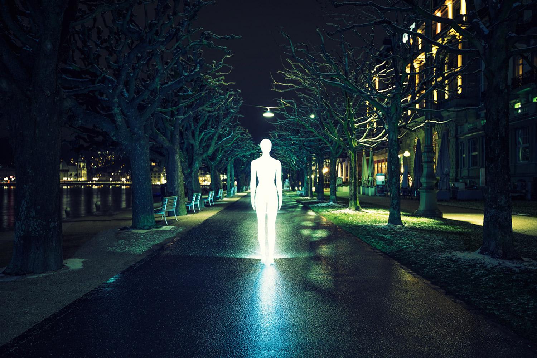 Severin Ettlin, HOMOLUX - illuminated body on rainy street