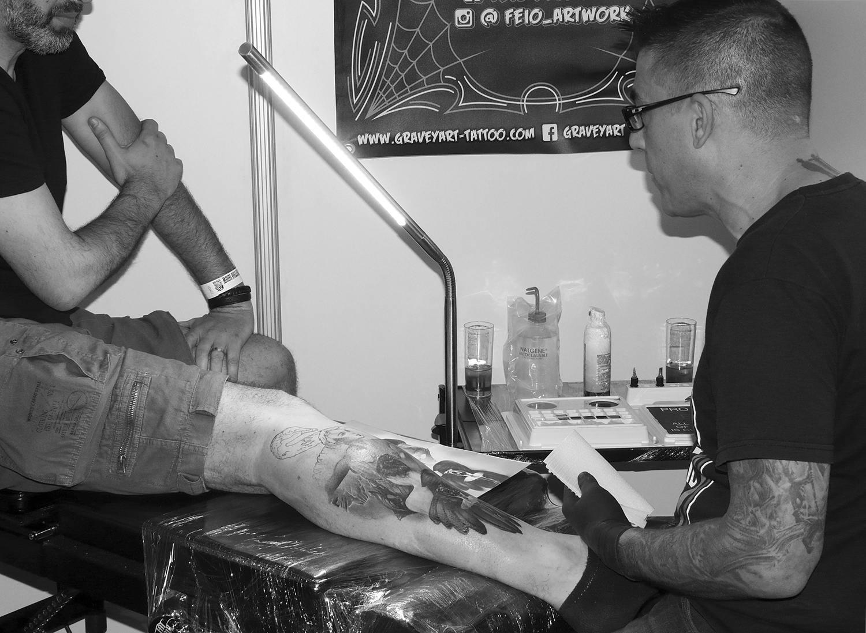 nuno feio doing a realism tattoo on leg