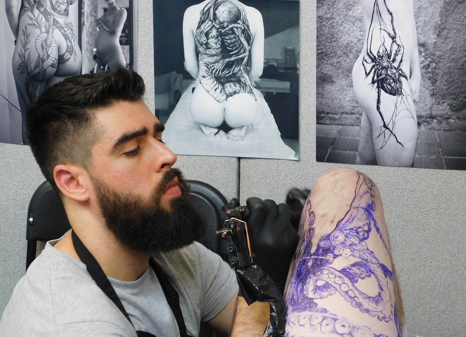 Frederico rabelo tattooing a leg, london tattoo convention
