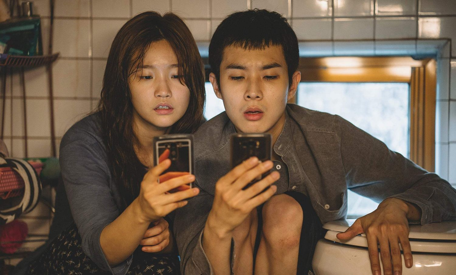 kids on cellphone, movie parasite by Bong Joon-ho