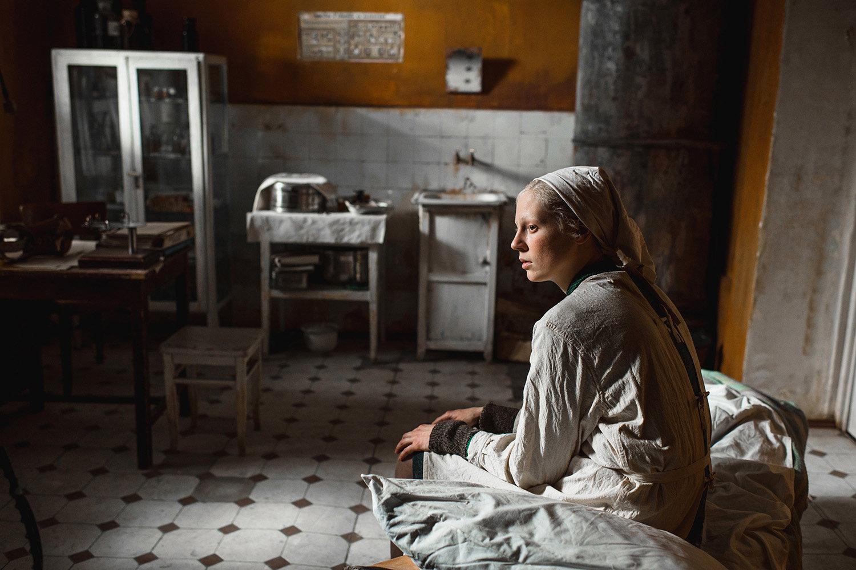 woman in kitchen, beanpole movie