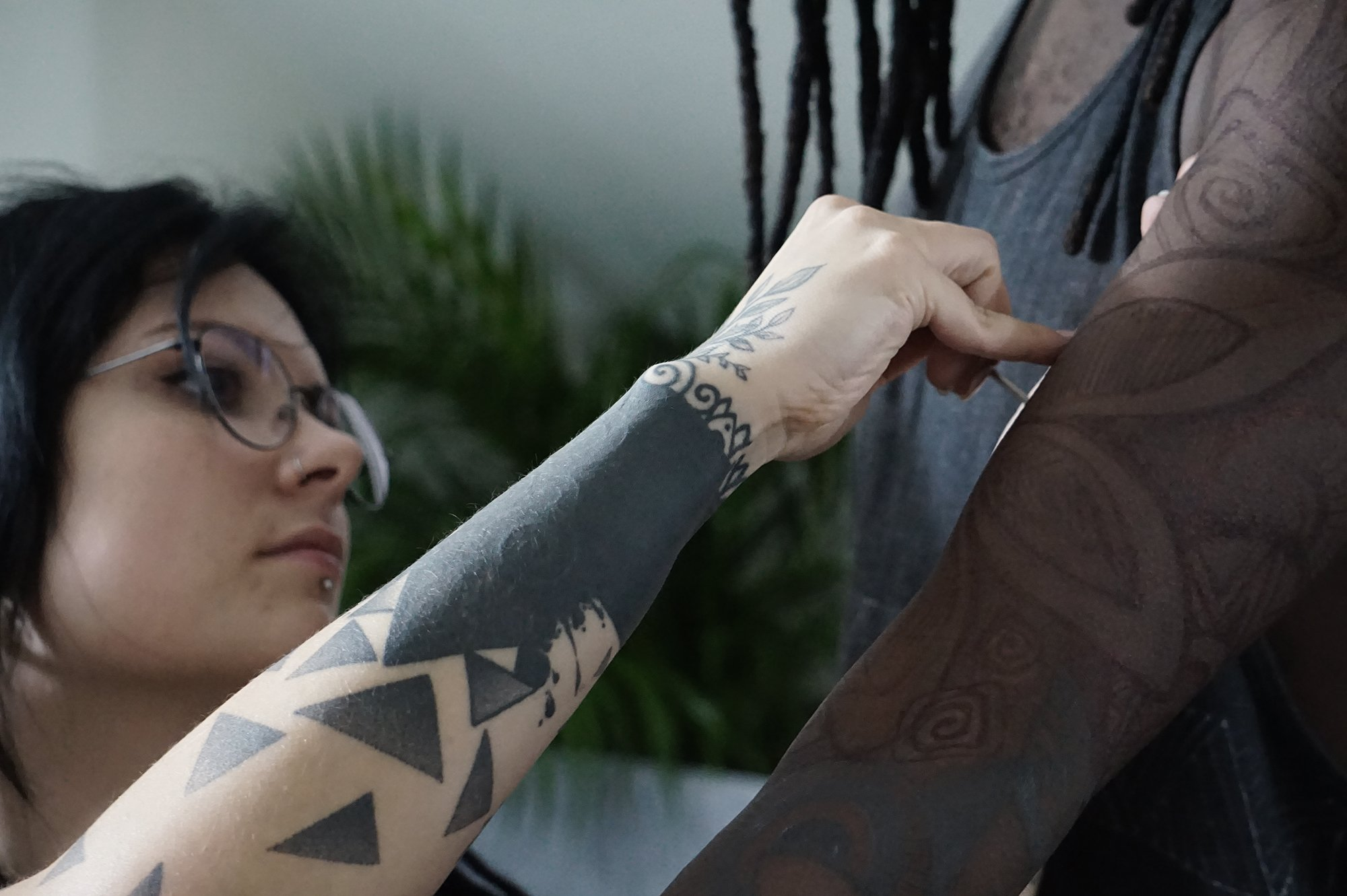tattoo artist yanina viland freehanding client's arm, in private studio in Lisbon, Portugal